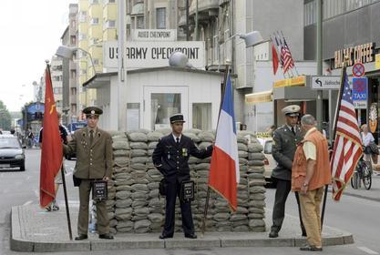 Falsche Soldaten am Checkpoint Charlie